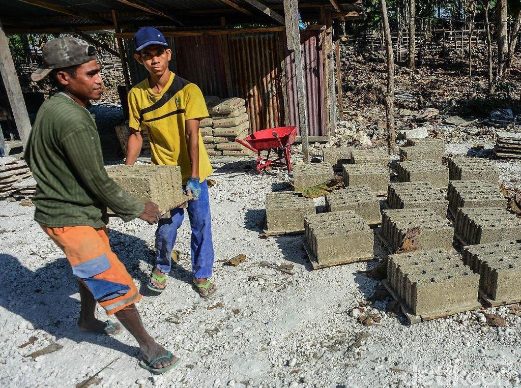 Bisnis Batako yang Menggiurkan di Pulau Rote