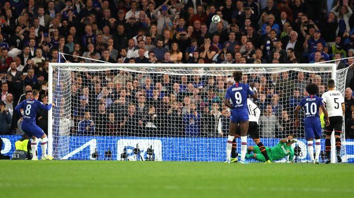 Eksekusi penalti Ross Barkley melambung saat Chelsea dikalahkan Valencia di Liga Champions (Foto: Richard Heathcote/Getty Images)