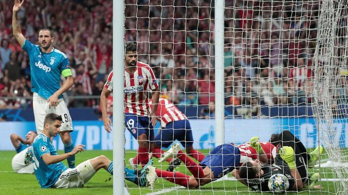 Juventus kebobolan dua gol karena set piece. (Foto: Susana Vera/Reuters)