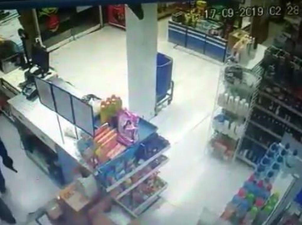 Perampok Bersenpi Embat Duit Puluhan Juta di Minimarket Cirebon