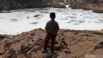 Penuh Busa, Begini Kondisi Anak Sungai Citarum yang Tercemar