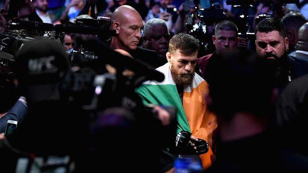 Conor McGregor selalu membawa bendera Republik Irlandia pada pertarungannya di UFC. (