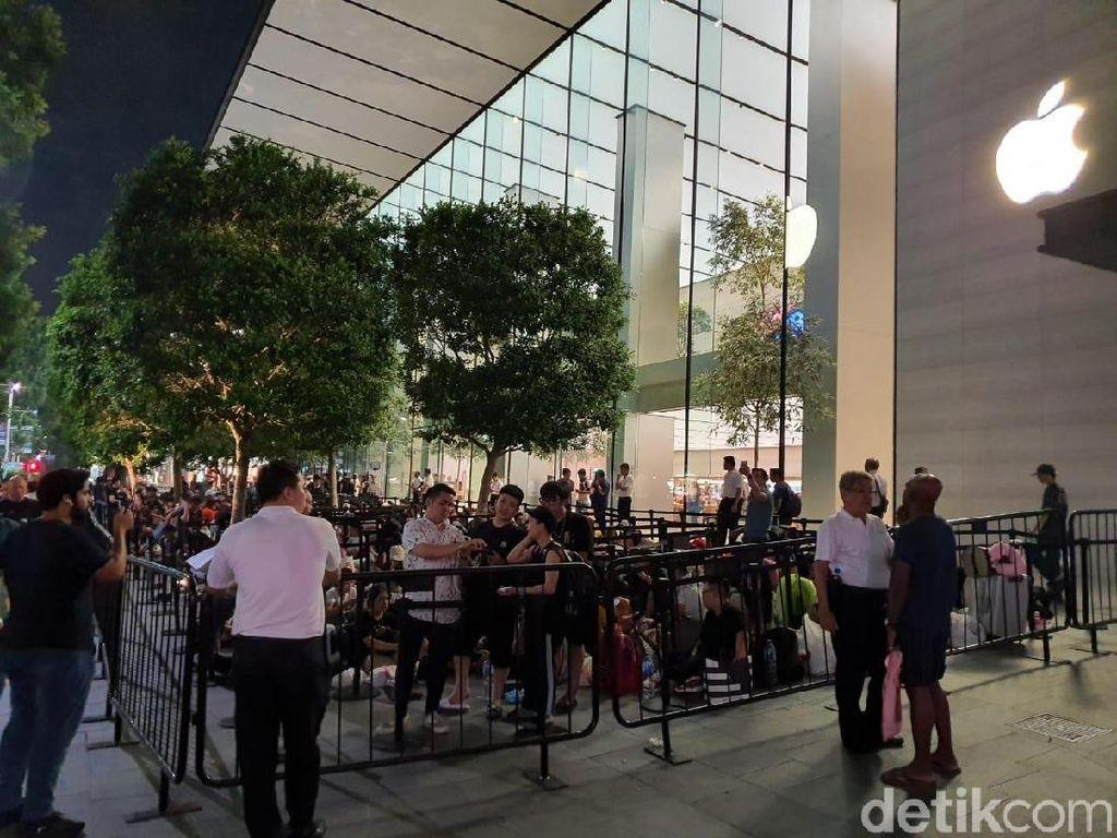 Apple Tutup Gate, Ratusan Orang Menginap di Apple Orchard