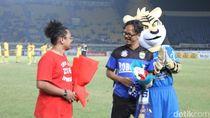 Kampanye Aksi Damai, Persib-Semen Padang Bagikan Bunga ke Suporter