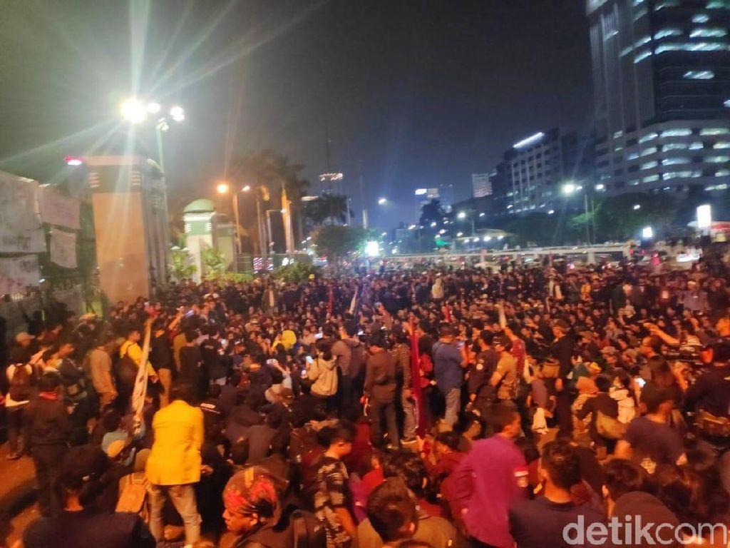 Lebih Dari 6 Jam, Mahasiswa Masih Bertahan di Depan DPR