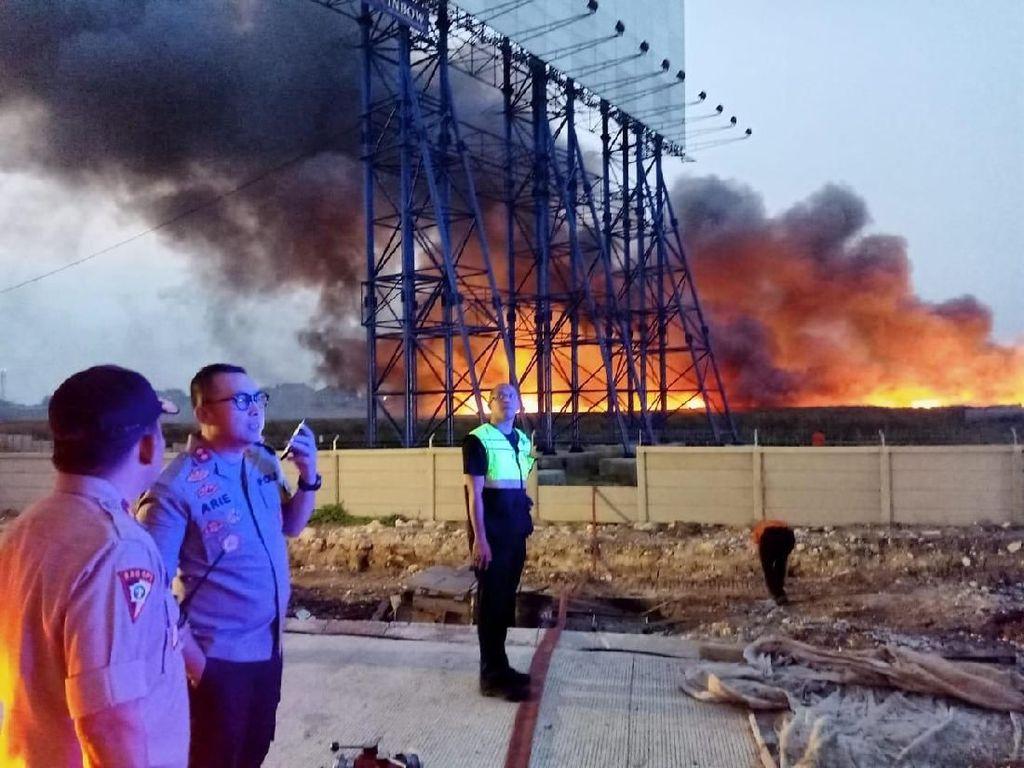 Lalin ke Bandara Tersendat Akibat Kebakaran di Gudang Plastik Tangerang