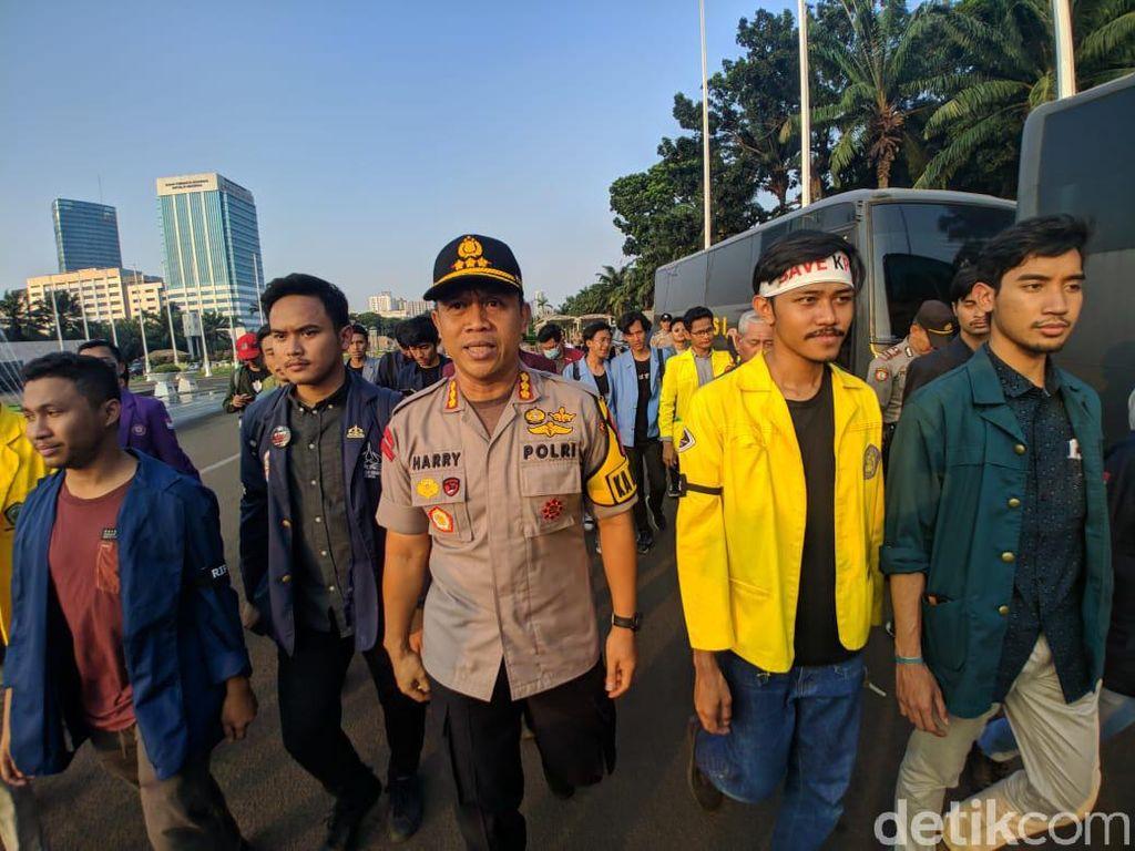 Didampingi Polisi, Mahasiswa Tolak Revisi RKUHP-UU KPK Temui DPR