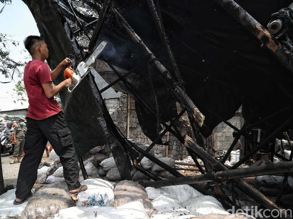 Akhirnya, Pabrik Arang Penyebab Polusi di Cilincing Dibongkar