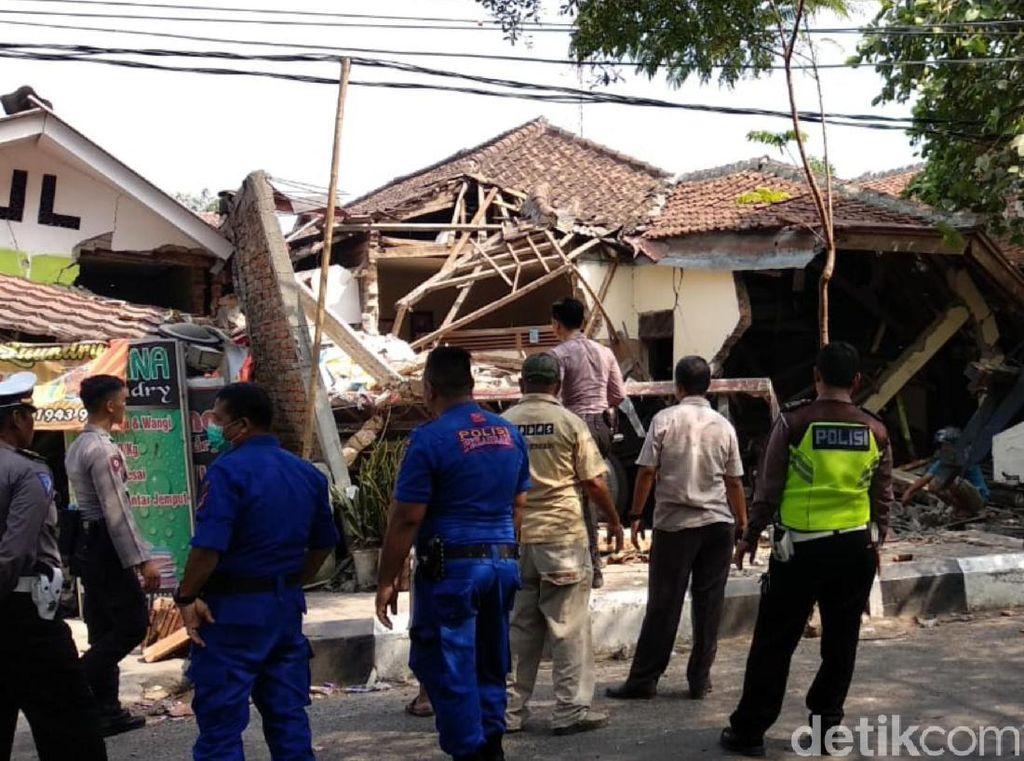 Diduga Rem Blong, Truk Tabrak Mobil Lalu Seruduk Bengkel di Sukabumi
