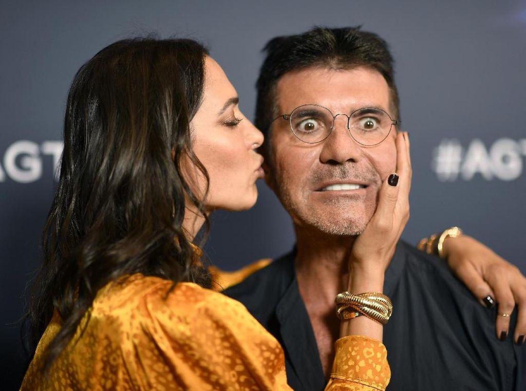 Meme-able! Ekspresi Lucu Simon Cowell saat Dicium Istri
