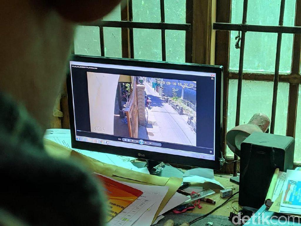 Aksi Emak-emak Rampas Perhiasan Bocah SD di Mojokerto Terekam CCTV