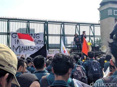 Tolak RUU KUHP-Revisi UU KPK, Mahasiswa Demo DPR