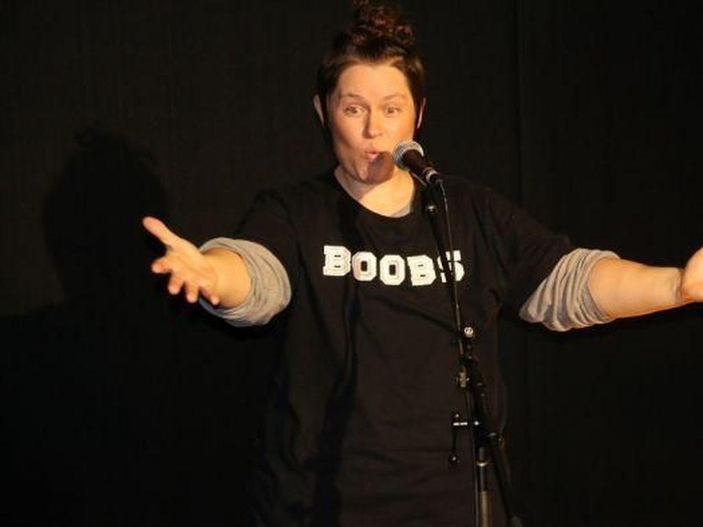 Benci Payudaranya, Penyanyi Melbourne Lakukan Operasi Untuk Menghilangkannya