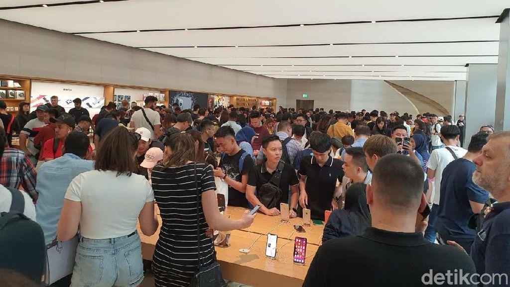 Ratusan Orang Serbu Apple Orchard Jajal iPhone 11