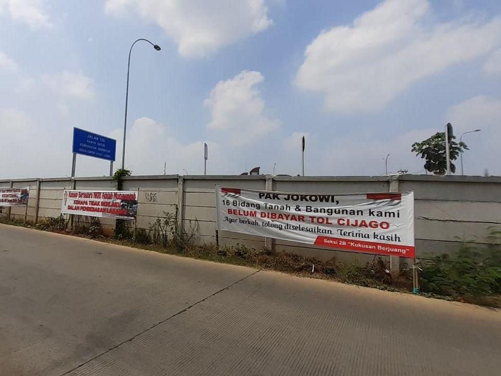 Spanduk Protes Ganti Rugi di Tol Cijago, Warga Minta Rp 30 Juta/Meter