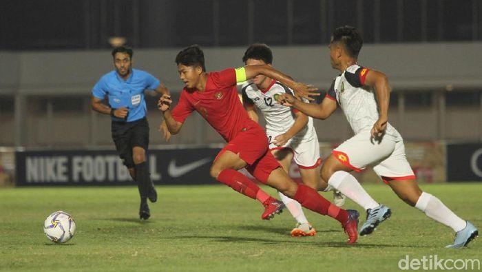Striker Timnas Indonesia U-16 Ahmad Athallah Araihan menghindari kejaran pemain Brunei Darussalam di Kualifikasi Piala Asia U-16 2020. (Foto: Rifkianto Nugroho/detikSport)
