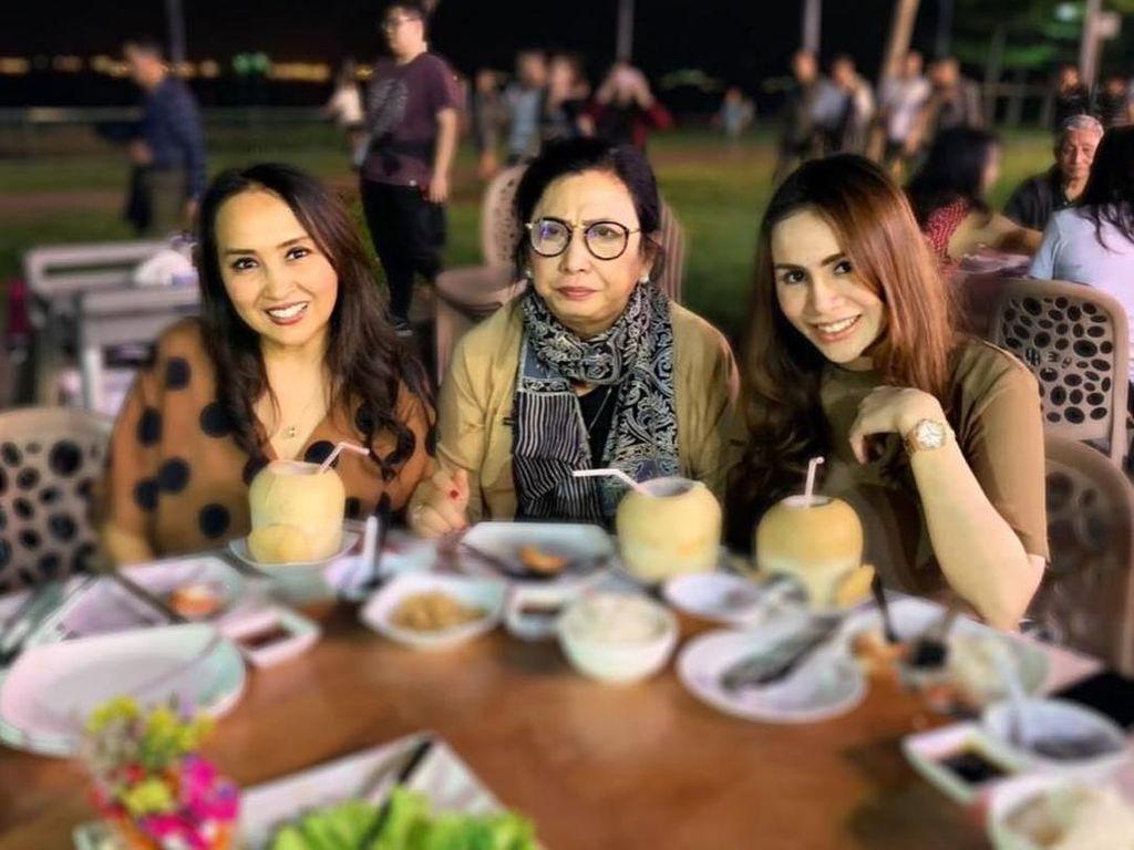 Cantik dan Awet Muda, Begini Momen Seru Kulineran Ibu Mertua Momo Geisha