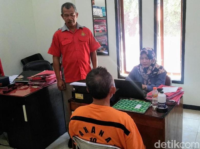 Ustaz Abdul Aziz saat diperiksa polisi (Detik.com)