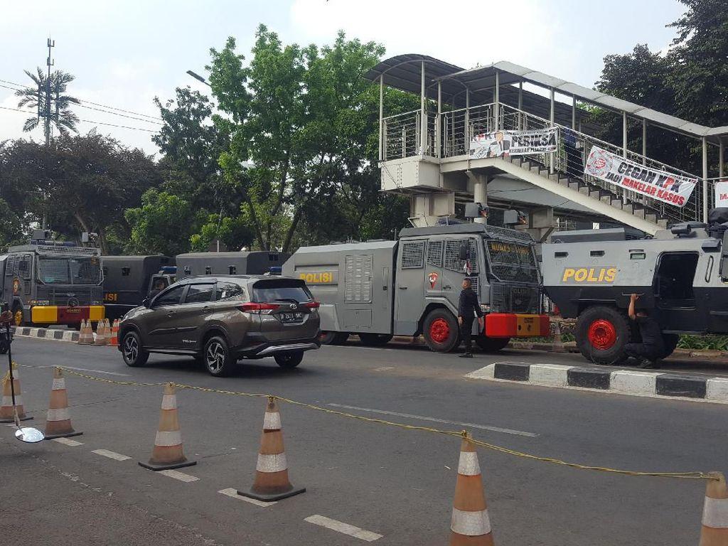 Sejumlah Water Cannon-Barracuda Bersiaga di Depan KPK Pagi Ini