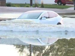 Tahukah Kamu? Mobil Tesla Bisa Mengambang di Air
