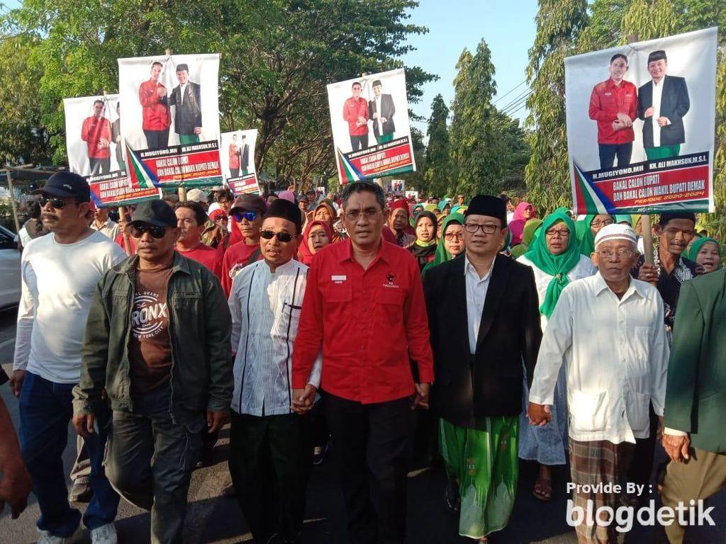 Mugiyono-Ali Makhsun Jalan Kaki ke Kantor PDIP Daftar Maju Pilbup Demak
