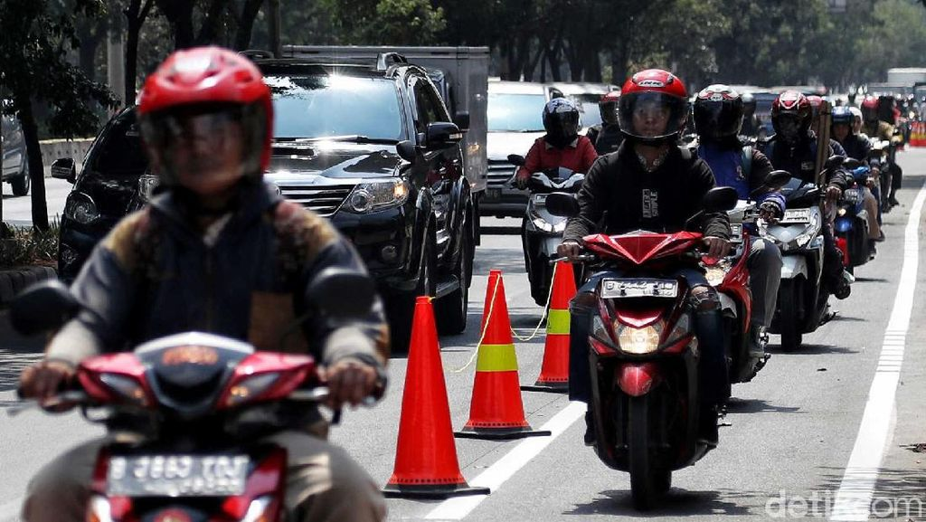Duh, Pemotor Bajak Jalur Khusus Sepeda di Jalan Pramuka