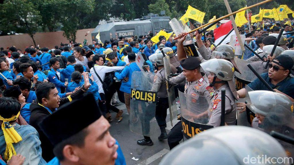 Aksi Ricuh Massa PMII di Depan Gedung KPK Dipukul Mundur