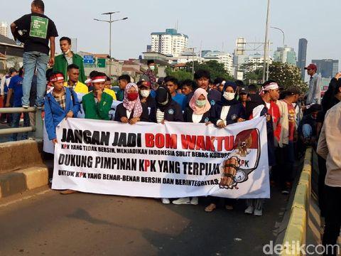 Massa dukung RUU KPK demo di depan DPR.