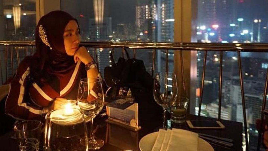 Intip Pose Shobibah Rohmah Istri Imam Nahrawi Kala Kulineran di Restoran Mewah