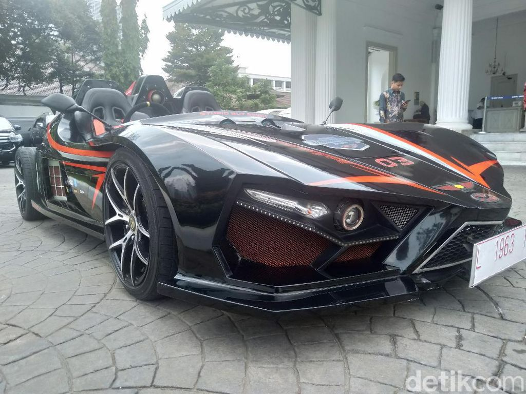 Supercar Listrik ITS Mejeng di Balai Kota Jakarta