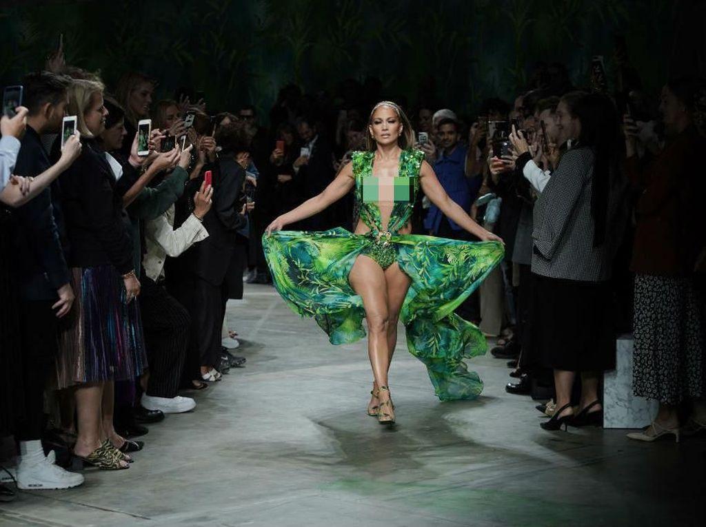 J-Lo Mendadak Muncul di Milan Fashion Week, Bikin Heboh Pakai Gaun Seksi