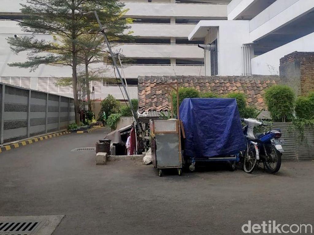 Ada Rumah Tua di Tengah Kompleks Apartemen, Berapa Harganya?