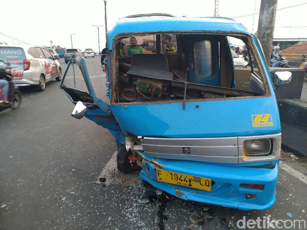 Angkot Tabrak Pembatas Jalan Lalu Serempet Motor di Cibinong, 4 Orang Luka