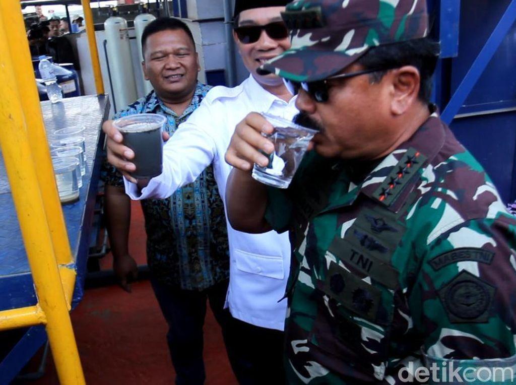 Tinjau Citarum, Panglima TNI Minum Air Sungai yang Sudah Disuling