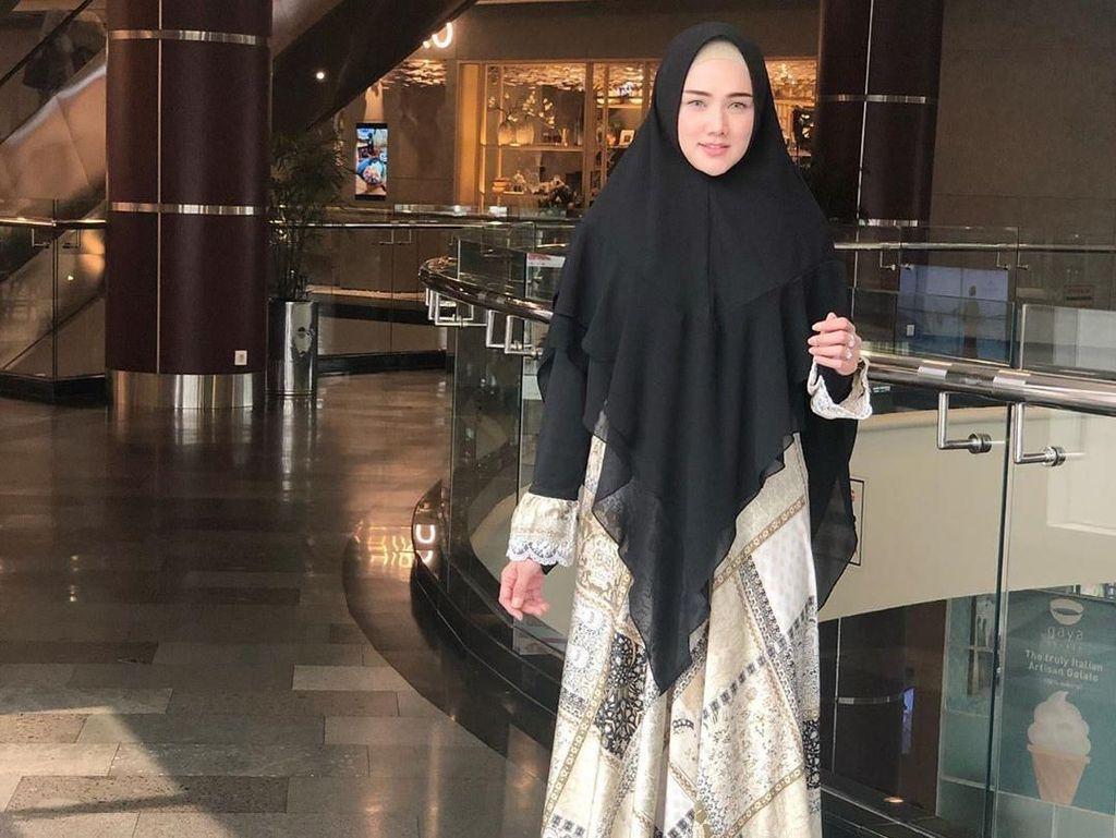 Foto: Gaya Hijab Syari Mulan Jameela yang Resmi Jadi Anggota DPR