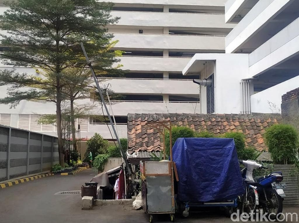 Penampakan Rumah Tua yang Terhimpit Apartemen Mewah