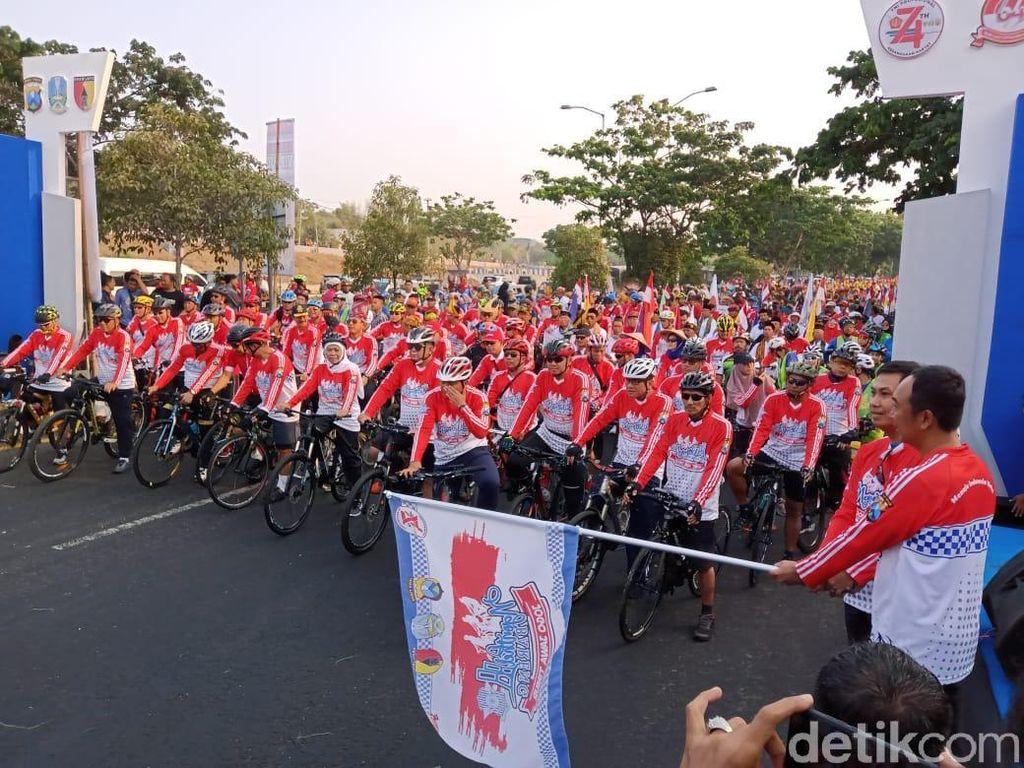 Sinergitas TNI-Polri, Ribuan Warga Jatim Ngonthel Bareng Tiga Pilar