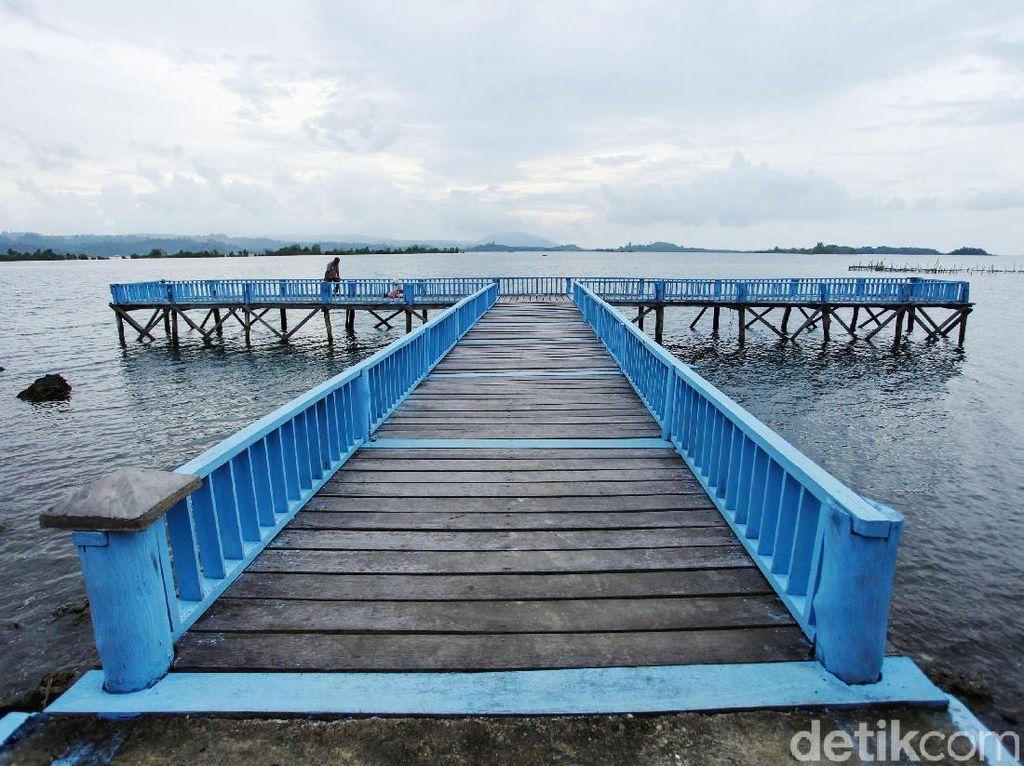 Bersantai di Jembatan Biru Kota Batu Simeulue