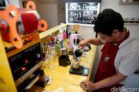 Ichwan, barista penyandang disabilitas yang sangat menginspirasi