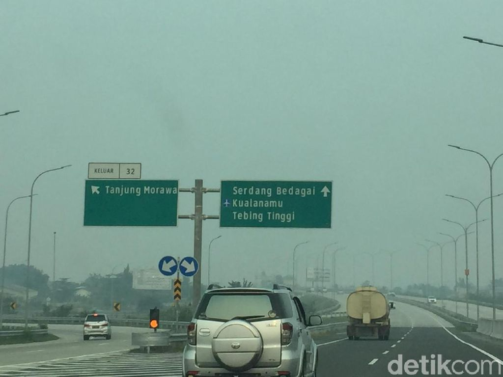 Pengemudi Keluhkan Kabut Asap di Jalan Tol Kualanamu Medan