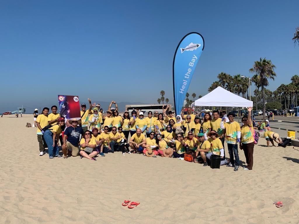 Rayakan 70 Tahun Hubungan RI-AS, WNI Bersih-bersih Pantai Santa Monica