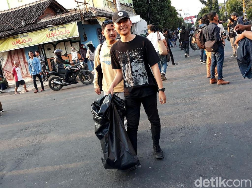 Usai Gelar Aksi, Massa Gejayan Memanggil Punguti Sampah