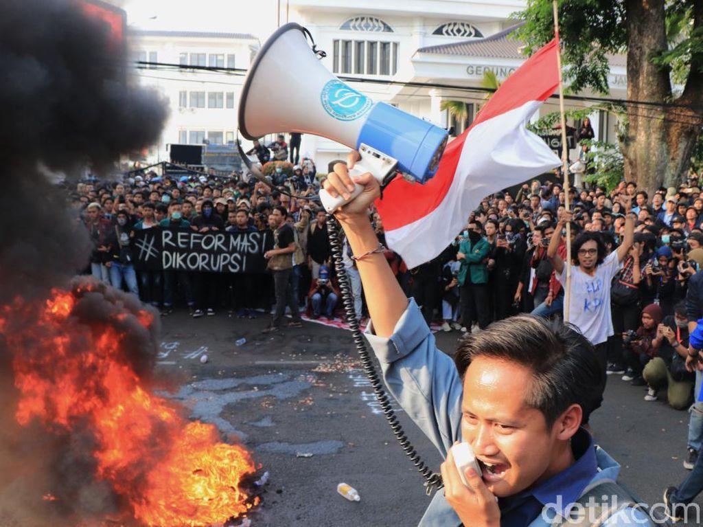 Demo Mahasiswa Bandung Sempat Memanas, Begini Suasananya