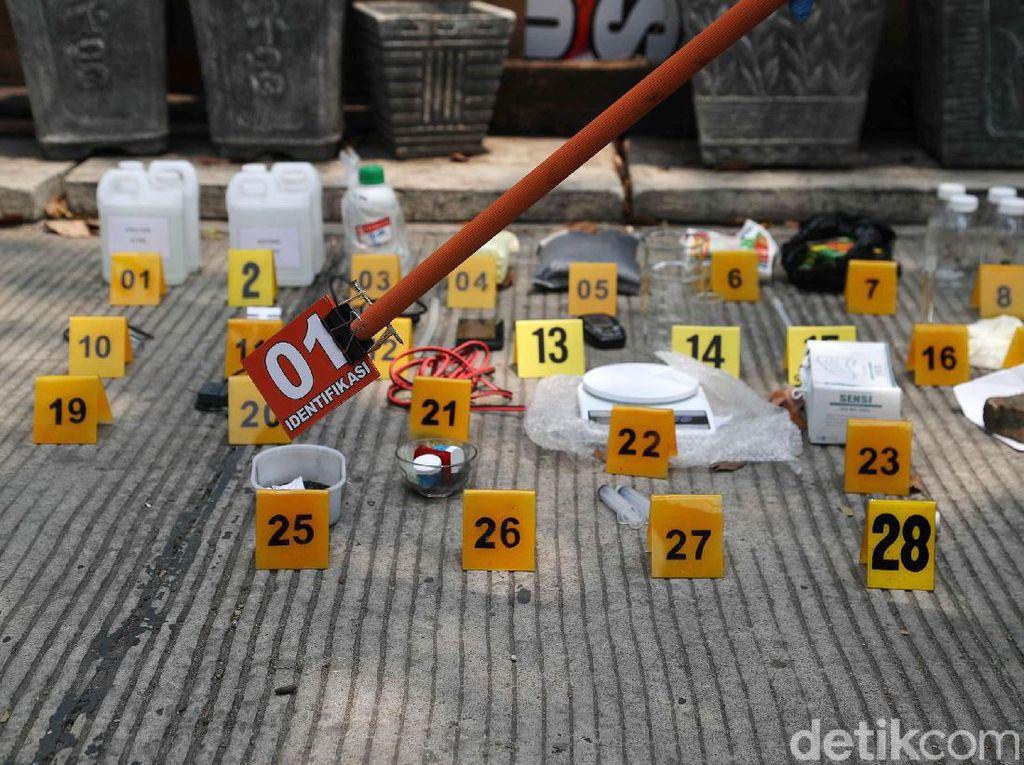Polisi Sita Barang Bukti Penggerebekan Teroris
