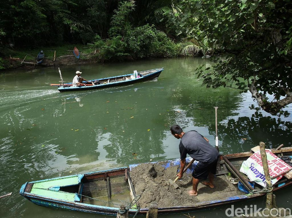 Potret Aktivitas Warga Penambang Pasir di Pulau Simeulue
