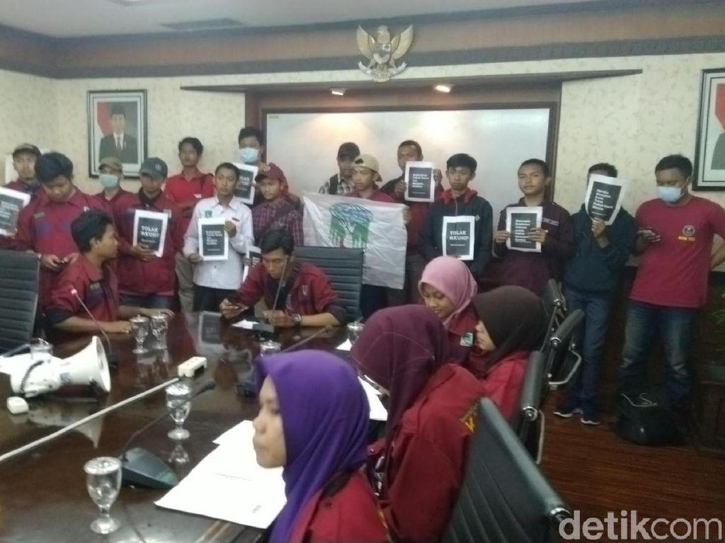 Massa KAMMI Paksa Pimpinan DPRD Jateng Teken Penolakan RUU P-KS