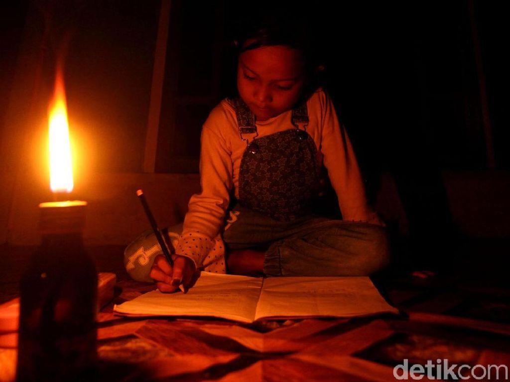 Nyala Lilin Sinari Malam di Pulau Terluar Indonesia