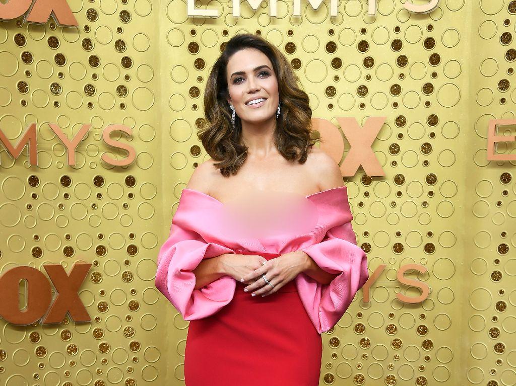 Gaya Mandy Moore & 3 Artis Ini Hampir Kembaran di Emmy Awards 2019