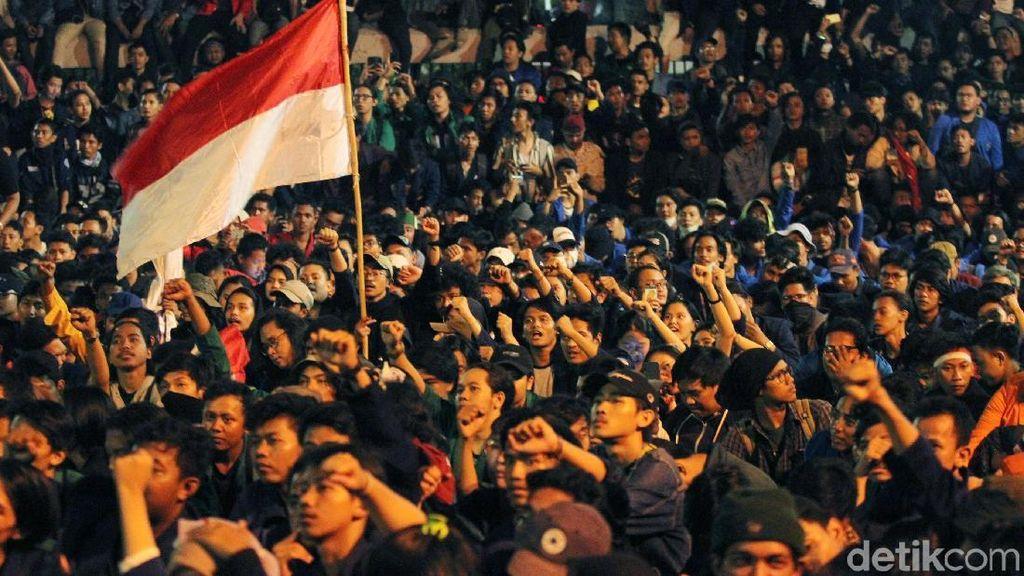 Masih Bertahan di Depan Gedung DPR, Mahasiswa Ancam Menginap