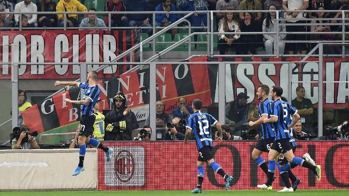 Pemain Inter Milan merayakan gol ke gawang AC Milan. Kemenangan di laga derby mengantar Nerazzurri sementara memimpin klasemen Liga Italia. (Foto: Tullio M. Puglia/Getty Images)